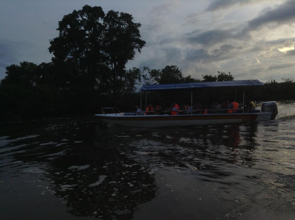 能載12人左右的小快艇