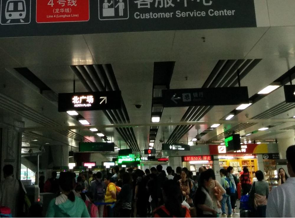 人頭湧湧的深圳鐵路站