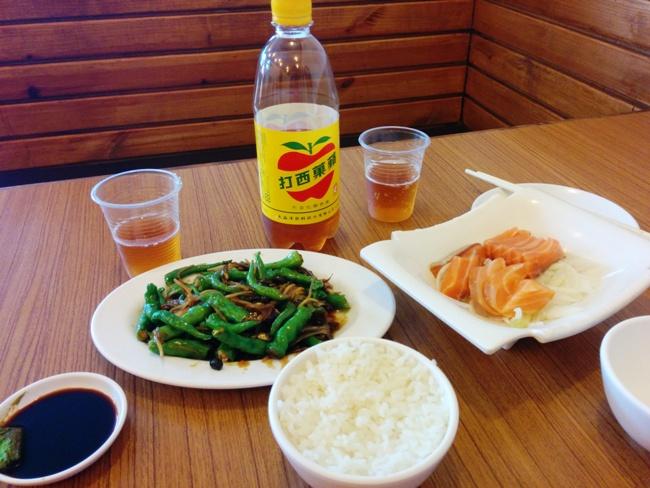 在台灣吃三文魚刺身