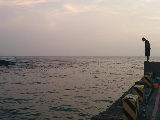 墾丁夕陽下的垂釣