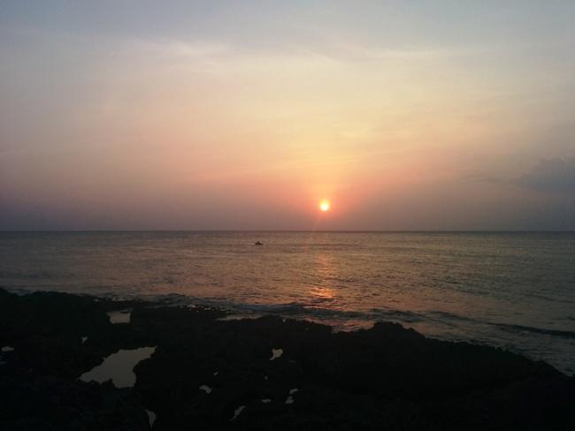 夕陽下海中垂釣