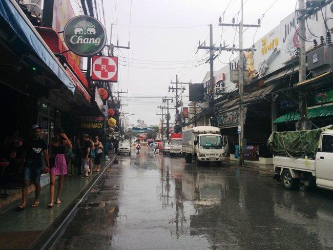 下雨的關係街道很冷清