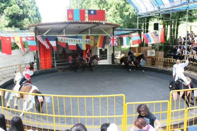 三匹馬在圓形場內跑圈
