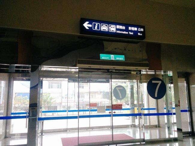 接著便是要租車。上編預先在網上透過和連租車預訂了,機場7號出口便是他們的門市~