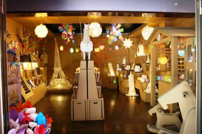 這家商店根本是紙的動物王國~!門口佈置得非常夢幻可愛~