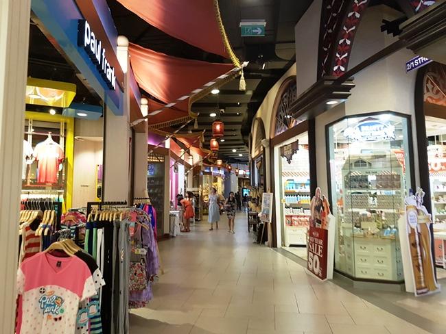 商場內有很多小店
