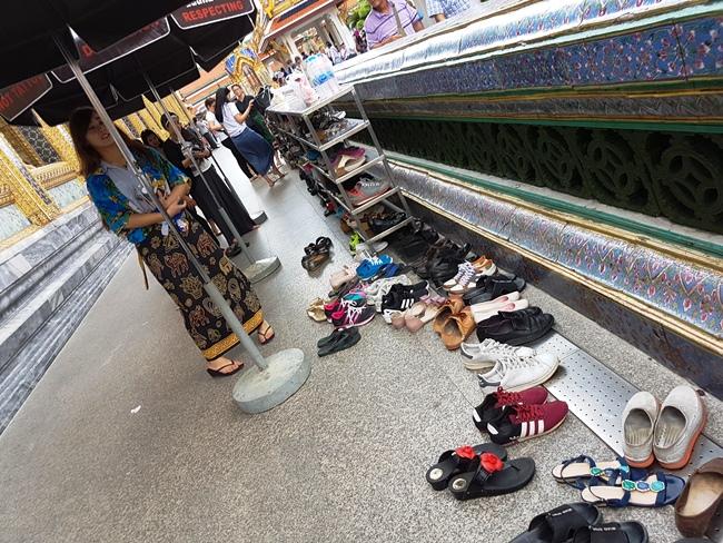 進入真正的玉彿寺參拜是需要除鞋的。