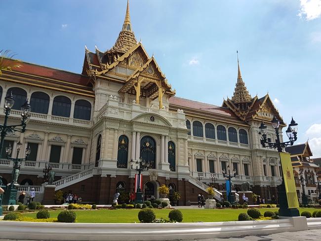 走完玉佛寺,旁邊便是泰國大皇宮。