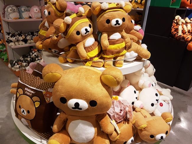 小編發現有一層是賣兒童產品,而且有很多鬆懈熊公仔呢!