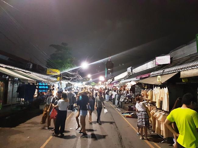 雖然關了,但還有少量商店開啟。JJ Market 很大分開了10多個Terminal 可以逛。