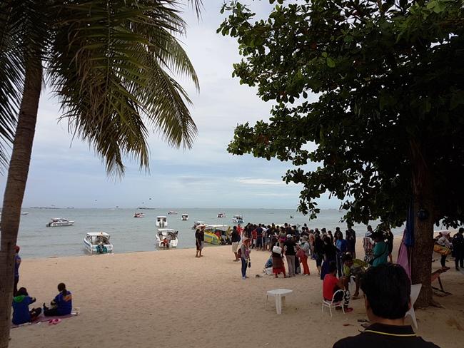 很多遊客等著上船