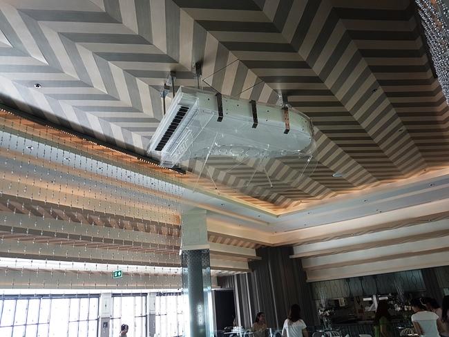 小編發現天花板上有個鋼琴被倒吊....打嗎?