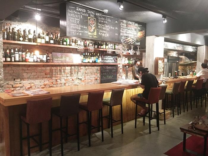 餐廳左側的吧台區