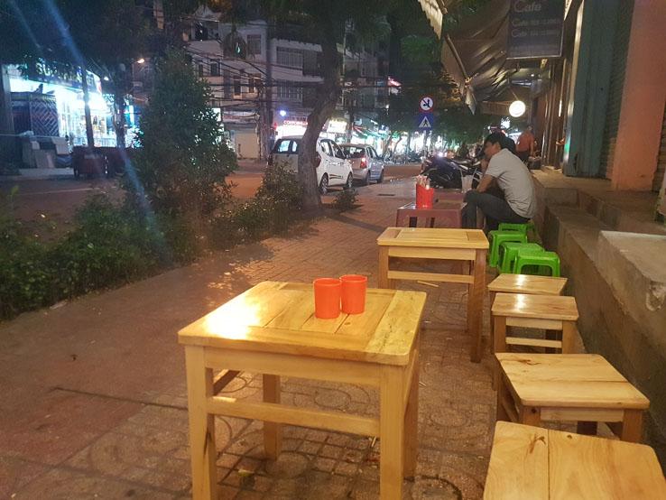 坐在街邊吃