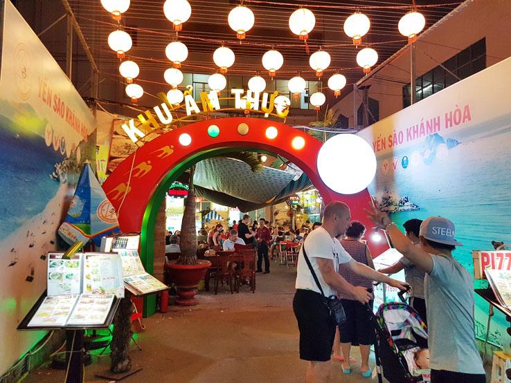 夜市街的正中間是餐廳