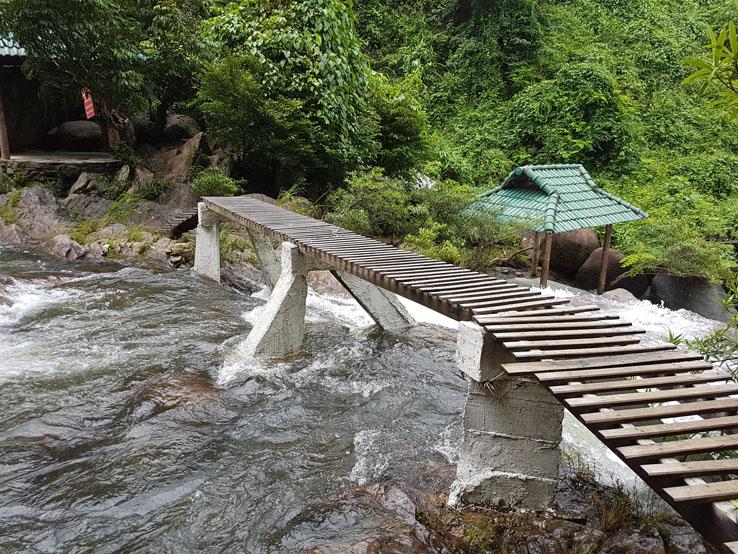 一條小橋連接河岸兩邊