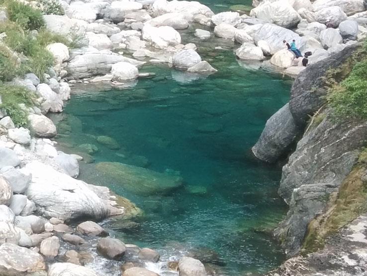 清澈碧綠的溪流