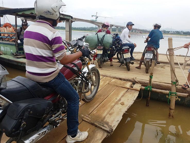 導遊開電單車上船