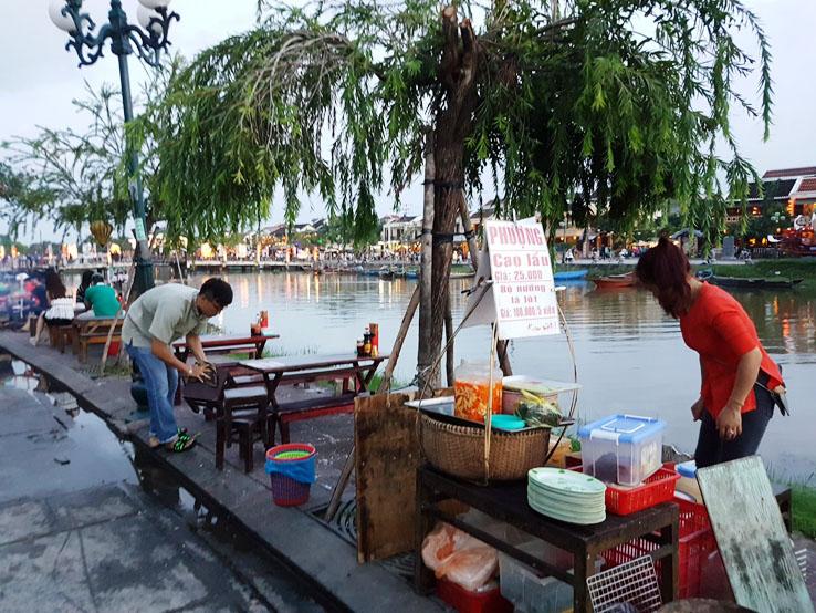 坐在河畔旁用餐