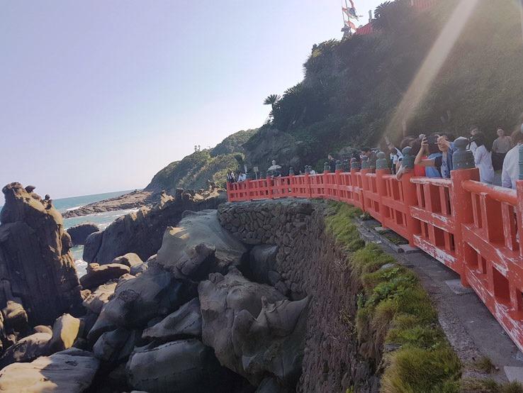 從山洞走出來後,發現很多人都圍著欄杆往外看。