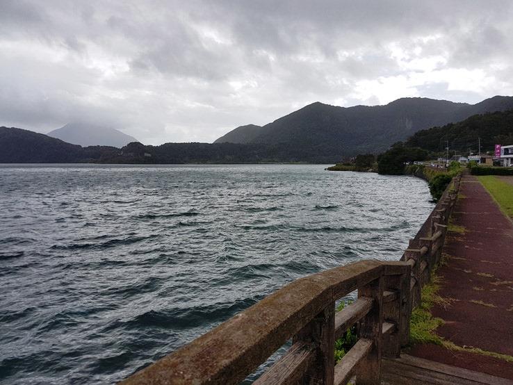 沿著湖邊走