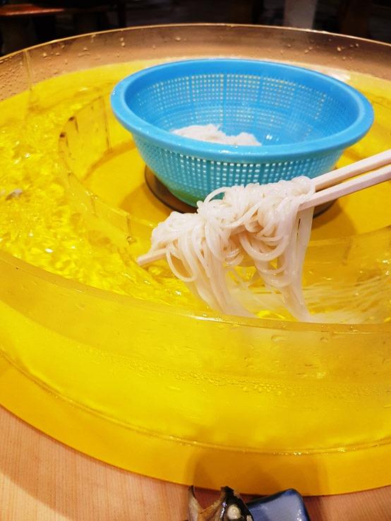 用筷子夾起放進水裏